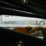 Symbolbild: Blick in die Geldbörse