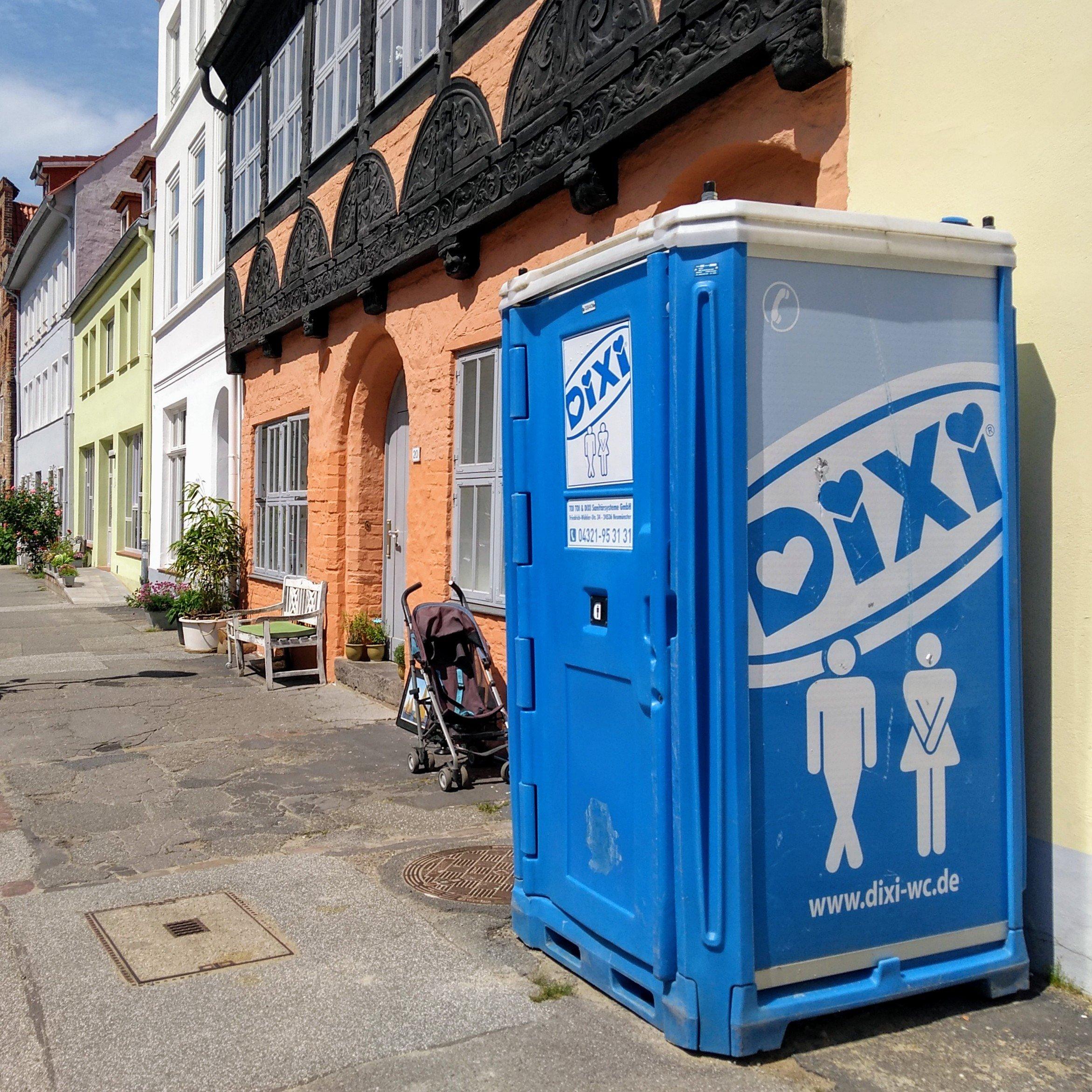 Ein Klo vor einem Haus in Lübeck